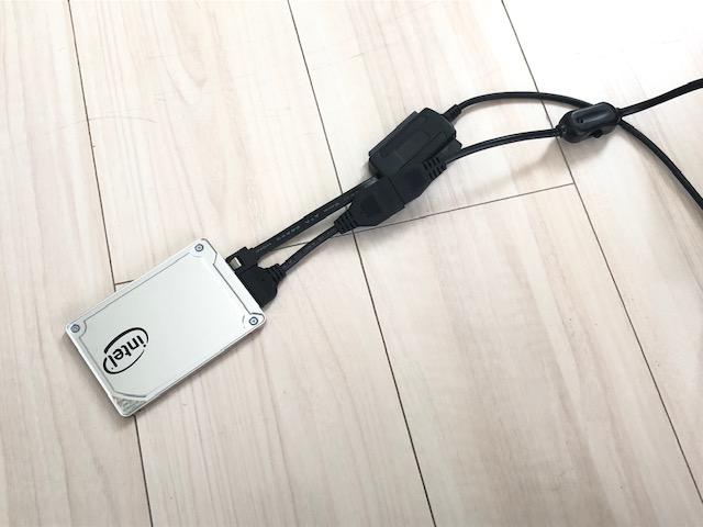 SSDとパソコンをつなぐケーブル。